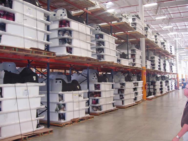 Americké vířivky - sklad ve výrobním závodu
