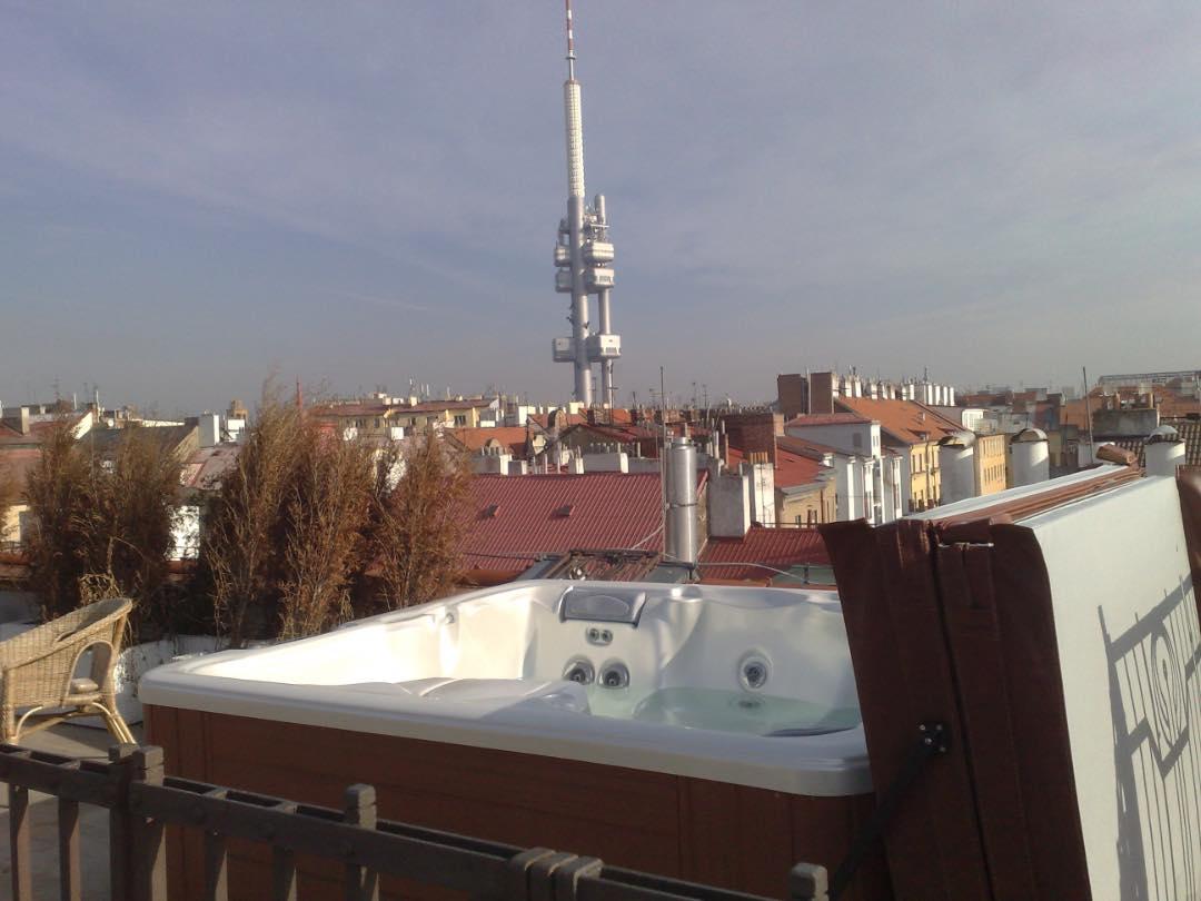 Venkovní vířivka na střešní terase.
